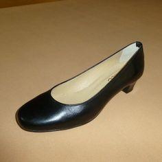 Soft: Γόβα, στρογγυλή, δέρμα, 3½ εκ. (Κωδικός: 210.905) > Tresor by Yiannis Xouryas > www.e-Tresor.gr & www.GreekShoes.Net Kitten Heels, Shoes, Fashion, Moda, Zapatos, Shoes Outlet, Fashion Styles, Shoe, Footwear
