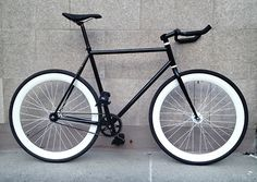 Simple but great black fixie Cool Bicycles, Cool Bikes, Velo Retro, Retro Bike, Bici Fixed, Fixed Gear Bicycle, Cycling Bikes, Road Cycling, Street Bikes