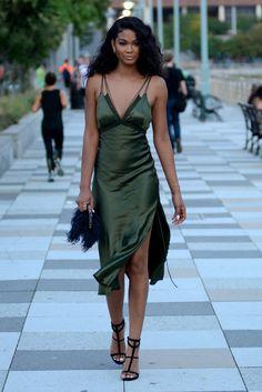 11. Vestido lencero11. Vestido lencero Primero fueron los tops y ahora los vestidos. Saca tu lado más sexy a la calle con un vestido lencero como el de Chanel Iman. Serás la reina de la fiesta.