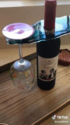 Epoxy Resin Art, Diy Resin Art, Diy Resin Crafts, Diy Crafts Hacks, Wood Resin, Diy Arts And Crafts, Diy Wine Glasses, Glitter Glasses, Diy Resin Projects