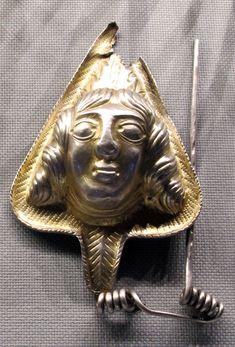 Tesoro di coada malului, fibula, 100-50 ac. ca. 01 - Category:Dacian jewellery - Wikimedia Commons National History, National Museum, History Museum, Lion Sculpture, Bronze, Statue, Romania, Jewelry, Europe