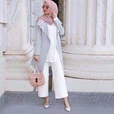 White, grey & pink so beautiful Modern Hijab Fashion, Muslim Women Fashion, Hijab Fashion Inspiration, Islamic Fashion, Modest Fashion, Fashion Outfits, Fashion Trends, Hijab Casual, Hijab Chic
