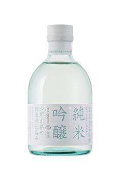 東京でも今日は最高気温が10℃以下。鍋物に日本酒が恋しいですね。 というわけで「特撰 白鶴 純米吟醸 六甲山系の伏流水仕込み」の パッケージをご紹介します。 ぽってりしたフレンドリーな瓶形にワインのようなキャップシール、 ストライブ状に大きく組んだタイポグラフィなど、新鮮で軽やかな デザインは、色部デザイン研究室の色部義昭が手掛けました。 7&iグループ向けに開発したもので、手にとっていただきやすい 250mlです。ぜひ、お試しください。 (AD: 色部義昭、D: 色部義昭・本間洋史、C: 上野晃、Pr: 早坂康雄)