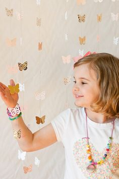 For a beautiful party, nothing sets the stage better than a gorgeous backdrop: DIY Butterfly Photo Backdrop Backdrop Butterfly, Butterfly Photos, Flower Backdrop, Butterfly Flowers, Flower Photos, Paper Flowers, Paper Backdrop, Birthday Backdrop, Illustrations