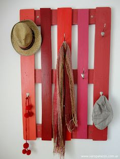 So, we have come up today with amazing ideas of Recycled Pallet Coat Rack with Hooks. These awesome designs of Recycled Pallet Coat Rack with Hooks are so easy Recycled Pallets, Wooden Pallets, Pallet Wood, Diy Pallet, Pallet Crafts, Pallet Ideas, Pallet Coat Racks, Palette Diy, Palette Wall