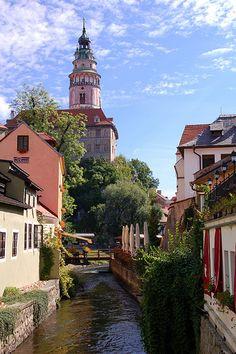 Český Krumlov est une petite ville dans la région de Bohême du Sud en Tchéquie, mieux connu pour la belle architecture et l'art de la vieille ville . Český Krumlov est un site du patrimoine mondial de l'UNESCO.
