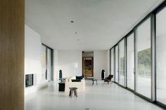 Vista interior de Fayland House por David Chipperfield Architects. Fotografía © Simon Menges. Señala encima de la imagen para verla más grande.