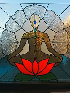 BUDDHA~Meditating posture on lotus flower made of stained glass. Energy points known as chakras are depicted within the posture. Stained Glass Crafts, Faux Stained Glass, Stained Glass Designs, Stained Glass Panels, Stained Glass Patterns, Mosaic Art, Mosaic Glass, Tiffany Kunst, L'art Du Vitrail