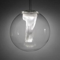 La dentelle-torchon est une lumière pendante qui exploite le potentiel visqueux du verre fondu. Dans nos ateliers d'Auckland un navire sphérique mou de verre bouche-est soigneusement formé. Le morceau est fini avec un ténu a annoncé la lampe de LED, suspendue...