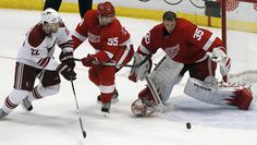 Jimmy Howard losing his mask, going for the save. Hockey Goalie, Ice Hockey, Jimmy Howard, Red Wings Hockey, Detroit Red Wings, Tigers, Nhl, Lions, Beauty Tips