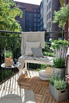 51 Cozy Apartment Balcony Decorating Ideas That Looks Awesome - Would you not fancy a crisply decorated balcony that can be a great entertaining, cozy place midst verdant plants and shimmering sunset? Behold and lo. Small Balcony Garden, Small Balcony Design, Outdoor Balcony, Outdoor Decor, Balcony Ideas, Narrow Balcony, Small Balconies, Small Terrace, Balcony Gardening
