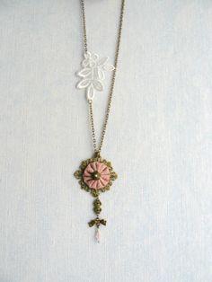 Collier Sautoir Métal Bronze,Dentelle Ecru et Tissu Rose : Collier par mon-armoire-jolie