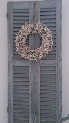 Decoratie met louvredeurtjes, erg gaaf. Window Photo Frame, Louvre Doors, Laundry Doors, Custom Windows, Old Doors, Shutters, Burlap Wreath, Decorating Tips, Home Accessories