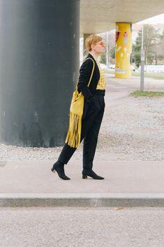 Fransen haben es mir Angetan! Egal ob DIY Kleider mit Fransen oder DIY Fransentaschen, mit dem Look kann man nicht falsch liegen! Diese besondere Tasche habe ich vor kurzem erst fertig gestellt und versuche sie regelmässig anders zu kombinieren. Gut dass mir da die gelben Sachen nicht ausgehen. Fashion Weeks, My Love, Don't Care, Yellow Things, Going Out, Nice Outfits, Pool Chairs, Outfit Ideas, Bags