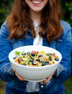 "Leckeres Quinoa-Rezept von ""Mein Leckeres Leben"" direkt hier zum Nachkochen #handgefertigt #handmade #pottery #tableware #deko #interior #inspo #madeinaustria #craftmanship #rezept #rezeptidee Halloumi, Quinoa Salat, Acai Bowl, Pure Products, Yellow, Breakfast, Food, Hand Painted Dishes, Quinoa Recipe"