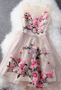 Highlight with flower embroidery and organza material, this dress is charming and luxurious. It suit for any occasions: prom party, evening date, daily dress or even birthday party. It worth to get it.