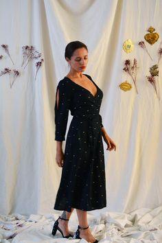 La robe TAMARA est un classique qui cache bien son jeu : une belle longue robe portefeuille qui élance et fait vibrer la silhouette à chaque pas, un décolleté justement dosé pour révéler juste ce qu'il faut de féminité, et surtout de sublimes manches ouvertes soit le détail qui a du caractère ! Bienvenue à la petite de Diy Fashion No Sew, Fashion Sewing, Tamara, Top Les, Long Wallet, Couture, Summer Dresses, Silhouette, Clothes