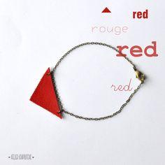 bracelet triangle cuir rouge. €15,00, via Etsy.