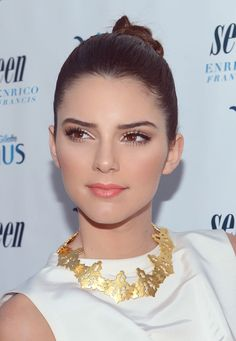 Kendall Jenner is everywhere at NYFW at the moment we love her pretty coral make up here