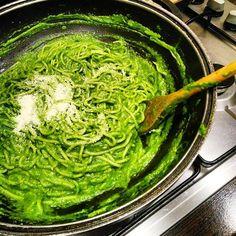 Hej! Ho! Ale dziś wyczarowalam genialne, zielone spaghetti 🍝 Mówię Wam! Po prostu pycha 😋 Wystarczy przygotować mix: 1 dojrzałe awokado, dużo szpinaku (tyle ile mi wlazło do kielicha o pojemności 1,25 l), garść bazylii, 2 łyżki soku z limonki, 3 łyżki oliwy, 2 ząbki czosnku, łyżka jogurtu naturalnego, sól, pieprz, odrobinka miodu, zmiksować i wymieszać na patelni z ugotowanym makaronem jaki lubicie 😋 Dodać parę łyżek parmezanu i danie gotowe 👌 Ja dodatkowo podaje z kawałkami kurczaka i…
