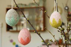 Pynt dit hjem op til påske med små uldne, mønstrede æg :) Til disse har jeg brugt Hverdagsuld, der findes i så mange lækre pastelfarver, og fyldt dem ud med styroporæg i højden 6 cm (køb dem i min web