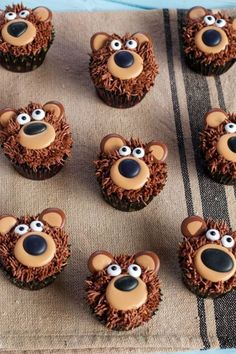 Bear Cupcakes - with Royal Icing Transfers - DIYCarinchen - DIY Ideen: Basteln, . - Bear Cupcakes – with Royal Icing Transfers – DIYCarinchen – DIY Ideen: Basteln, Geschenke, De - Cupcakes Design, Cupcake Icing Designs, Masha Et Mishka, Cupcakes Bonitos, Beer Cupcakes, Owl Cupcakes, Easy Animal Cupcakes, Monster Cupcakes, Cookie Monster