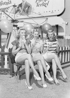 1940's Fashion cô gái mặc short ngắn mix với áo phông áo sơ mi rất trendy