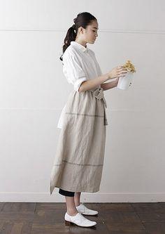 nooy KITCHENは、「お店に合う、白いユニフォームを」という声から誕生したブランドです。 ナチュラルカラーの豊富なデザインはナチュラルテイストのお店はもちろん、ご家庭のキッチンでも映えます。 ふんわりとしたロングエプロンスカートが、女性らしい雰囲気を演出してくれます。