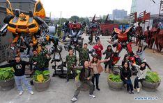 Equipe de artistas liderada por escultor chinês Zhu Kefeng constrói 600 estátuas gigantes que hoje fazem parte de um parque temático dos Transformers.