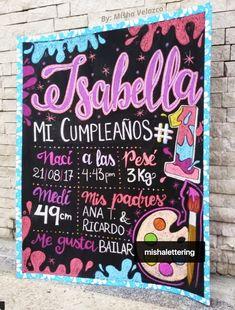 Pizarra de arte #LaChicadelasPizarras diseño #mishavelazco #pizarras #carteleras #fiestadearte Happy Party, Birthday Chalkboard, Morning Flowers, Ideas Para Fiestas, Emoticon, Washi, Photo Booth, Hand Lettering, Origami