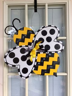 Front door decor Spring door hanger bumble bee by samthecrafter Burlap Crafts, Bee Crafts, Wooden Crafts, Painted Doors, Wooden Doors, Burlap Door Hangers, Letter Door Hangers, Door Plaques, Wooden Cutouts