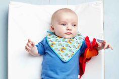 Bébé sera à la pointe de la mode même pendant les repas avec ce superbe bavoir coloré. Trouvez un joli tissu, uni ou à motifs, suivez nos instructions et le tour est joué !