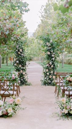 Outdoor Wedding Foods, Outdoor Wedding Centerpieces, Wedding Ceremony Decorations, Ceremony Backdrop, Altar Decorations, Wedding Ceremonies, Wedding Ceremony Seating, Wedding Arbors, Outdoor Ceremony