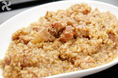 Cremoso y sabroso arroz con costillas de cerdo en salsa Fried Rice, Fries, Oatmeal, Breakfast, Ethnic Recipes, Food, Red Wine Sauces, Lettuce Salads, Vegetables