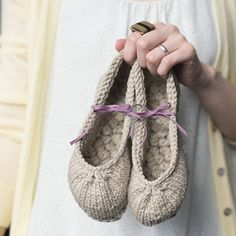 Slippers knit from organic cotton -must knit list. Knitted Slippers, Crochet Slippers, Slipper Socks, Crochet Yarn, Knitted Hats, Crochet Granny, Knitting Projects, Knitting Patterns, Crochet Projects