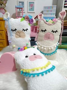 Cris Silva Sewing Toys, Baby Sewing, Sewing Crafts, Sewing Projects, Felt Crafts, Diy Crafts, Pinterest Room Decor, Llama Birthday, Cute Pillows