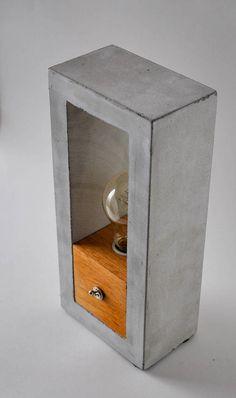 Un ajustement parfait n'importe où dans n'importe quel type de décor, ce design élégant ne passeront pas inaperçu ! Cette lampe fait partie de notre collection de lampes et mobilier béton. Cet article est 100 % fait main dans notre atelier à la maison située à Beloeil, Québec. Visitez
