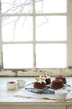 Kouglof cake with cranberries and pistachios // White Christmas Xmas Food, Christmas Sweets, Christmas Cooking, Christmas Kitchen, Noel Christmas, Christmas Pudding, Christmas Goodies, Christmas Recipes, Mini Cakes