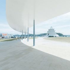 The 200 meters long canopy by Ney & Partners in the Kumamoto Prefecture won the Matsui Prize for the combination of engineering and design, applied to a public space #domus #matsuiprize #canopy #neyandpartners #japanesearchitecture #architecture #japan