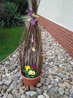 Easter Flower Arrangements, Easter Flowers, Easter Tree, Diy Flowers, Floral Arrangements, Outside Decorations, Diy Easter Decorations, Rama Seca, Rose Tutorial
