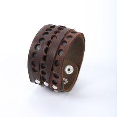 Pánský kožený náramek Raw (ID 43) Unisex náramek ručně vyrobený z kůže, která obnošením změkně. Náramek má tři cvočky pro tři různé velikosti. Délka: nastavitelná 19 - 24 cm Šířka: 4 cm