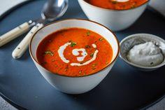 A sült paprika az egyik legkirályabb alapanyag! Salátába, tésztaszószba már használtuk, de levesbe eddig még nem. Pedig iszonyú finom, mindenképp próbáljátok ki, akár hidegen, akár melegen is tökéletes nyári leves! Thai Red Curry, Ethnic Recipes, Food, Google, Red Peppers, Essen, Meals, Yemek, Eten