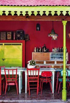 Quincho colorido en tonos rojos y verdes en la casa de la fileteadora Silvia Dotta.
