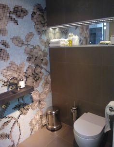 Deze wil ik in mijn toilet, Bisazza mozaik in combinatie met Casa Mood tegels en Clou sanitair. Gezien bij Stravers in meerkerk. Bathroom Styling, Bathroom Interior Design, Small Toilet Room, How To Lay Tile, Living Room Decor, Bedroom Decor, Tile Design, Luxury Living, Kitchen Decor