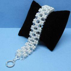 Perle und Kristall Armband für die Braut Gemacht mit Swarovski-Perlen, Tschechische feuerpolierte Perlen und japanischen Rocailles.  Perlen sind Weißfarben.