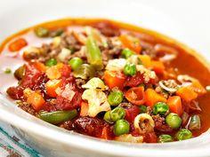 Maukkaassa jauhelihakeitossa on aurinkokuivattua tomaattia ja pastaa.
