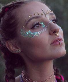 Glow in the Dark Glitter – Sirenenschuppe von GLO TATTS - Makeup İdeas Graduation Festival Make Up, Festival Hair, Boho Festival Makeup, Fashing Make Up, Makeup Inspo, Makeup Art, Coachella Make-up, Glitter Carnaval, Glitter Face