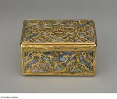 Snuff box. Henry-Guillaume Adnet (+1745), Goldsmith. Paris, France, 1744 - 1745. Gold, mother-of-pearl and carnelian.