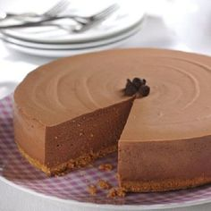 Easy No-Bake Chocolate Cheesecake. This elegant no-bake cheesecake will take pride of place on any dessert table. A base of gelatin and cream cheese makes the perfect setting for chocolate chips and whipped cream topping. No Cook Cheesecake, No Bake Chocolate Cheesecake, Cheesecake Crust, Oreo Crust, No Bake Desserts, Just Desserts, Dessert Recipes, Holiday Desserts, Healthy Desserts