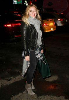 La actriz Hilary Duff vuelve a colgarse tela sobre el cuello, esta vez con un fular XXL en tono gris que fichamos como uno de nuestros favoritos. Combínalo con 'jeans' y camisas de cuadros para un look informal perfecto.